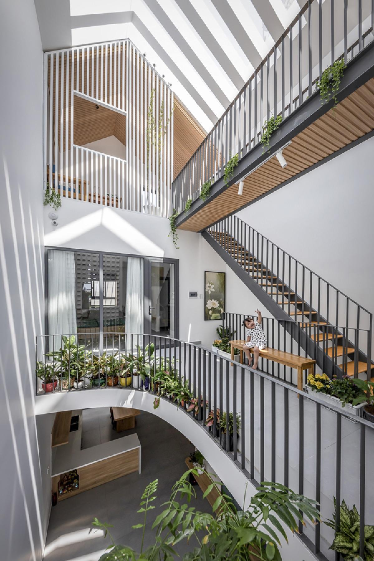 Kế bên cầu thang ở giữa nhà là một giếng trời lớn. Cầu thang đi từ tầng 2 lên tầng 3 được làm bằng - thép gỗ tạo sự thông thoáng và hệ kết cấu này như bay bổng trong không gian. Hệ mái được cấu tạo bằng những dầm bê tông gấp khúc và lợp kính tạo nên ánh sáng và bóng đổ lung linh trong nội thất. Hành lang nơi tầng 2 cũng rất rộng có nhiều cây xanh.