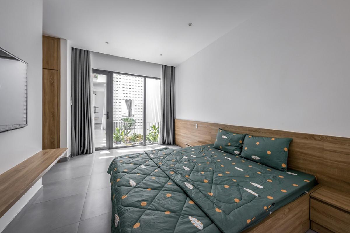 Nội thất phòng ngủ cũng đơn giản, thống nhất trong toàn nhà: Tường và trần màu trắng, sàn màu xám và đồ gỗ sáng màu với hình thức đơn giản.