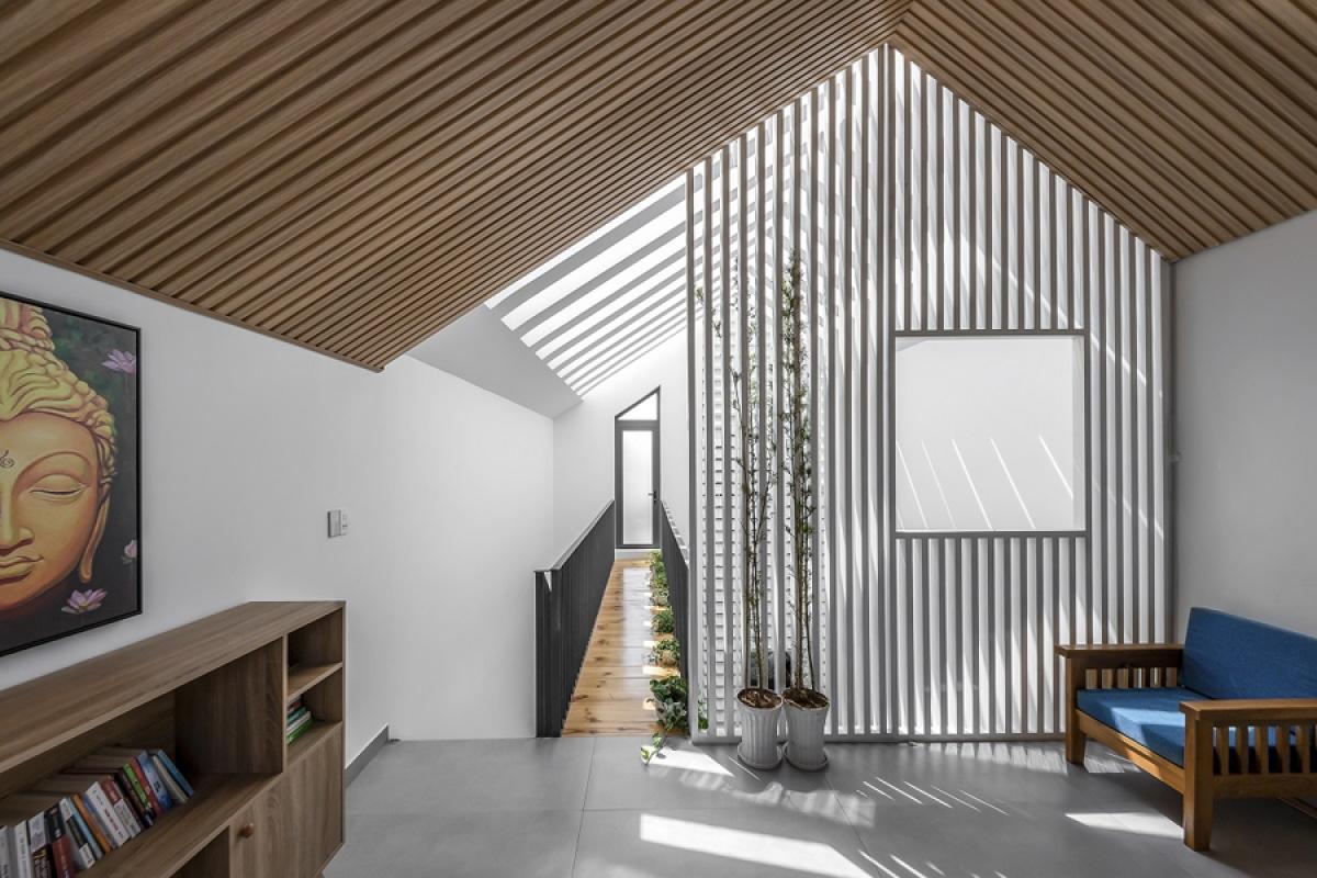Hệ trần gỗ ở phòng thờ gợi cảm giác gần gũi, ấm áp. Ánh nắng lan tỏa khắp nơi và những hiệu ứng ánh sáng là một phần tạo nên thẩm mỹ nội thất./.