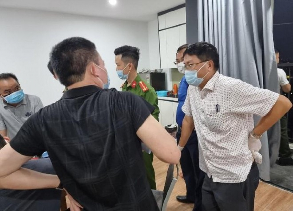 Lực lượng chức năng phải phá khóa căn hộ ở phường Yết Kiêu, quận Hà Đông để khống chế nhóm người nước ngoài cố thủ bên trong.