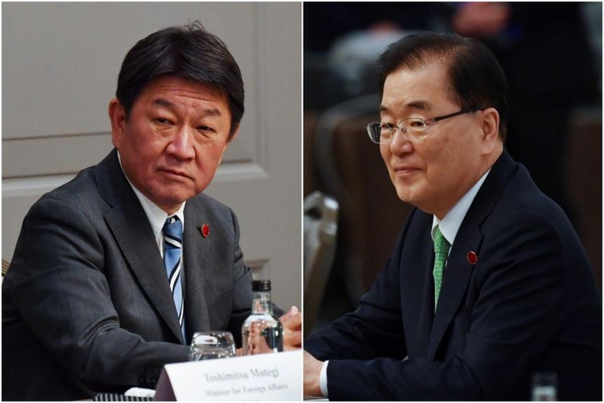 Ngoại trưởng Nhật Bản Motegi (trái) và người đồng cấp Hàn Quốc Chung Eui-Yong. Ảnh: Reuters.