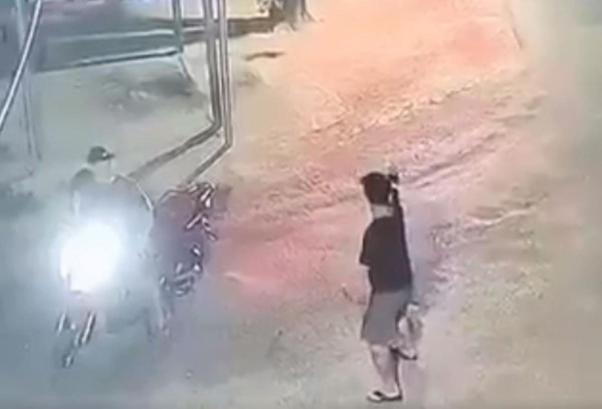 Hai thanh niên đi xe máy dùng súng bắn về phía sau