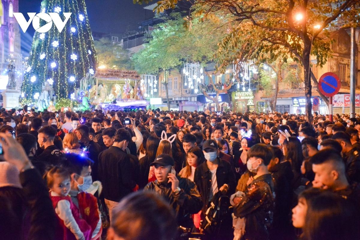 Người dân Hà Nội mừng lễ Noel của người công giáo tại Nhà thờ Lớn, Hà Nội năm 2020. Ảnh: Vũ Toàn.