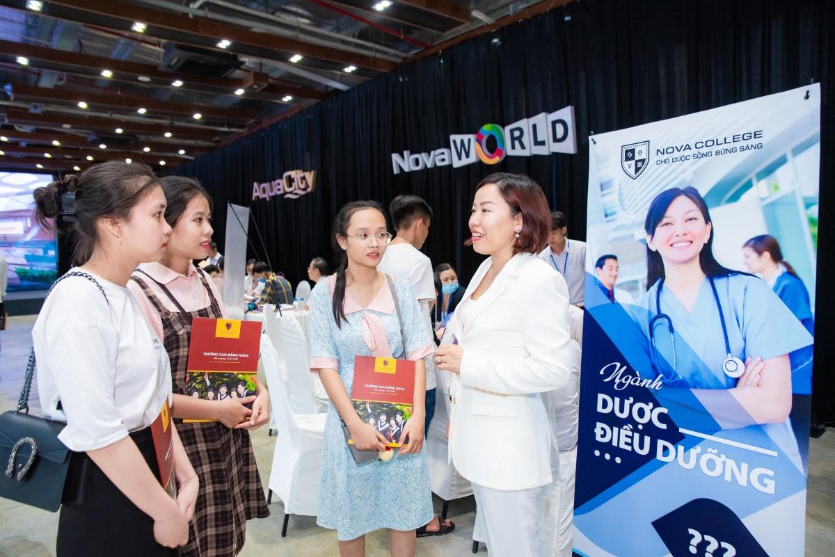 Chương trình đào tạo ngành điều dưỡng do Nova College và Bệnh viện Đại học Y Hà Nội xây dựng và phát triển.
