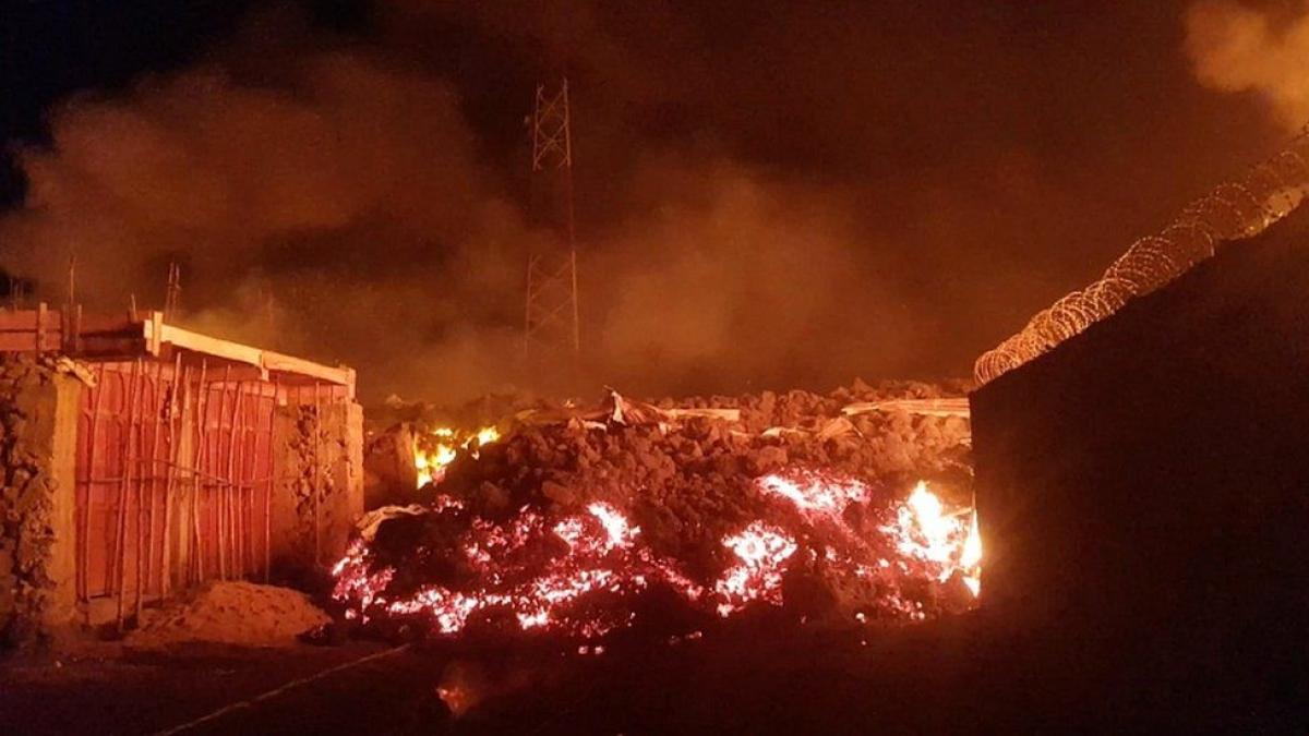Khoảng 1.000 ngôi nhà bị phá hủy do núi lửa phun trào. Ảnh: BBC