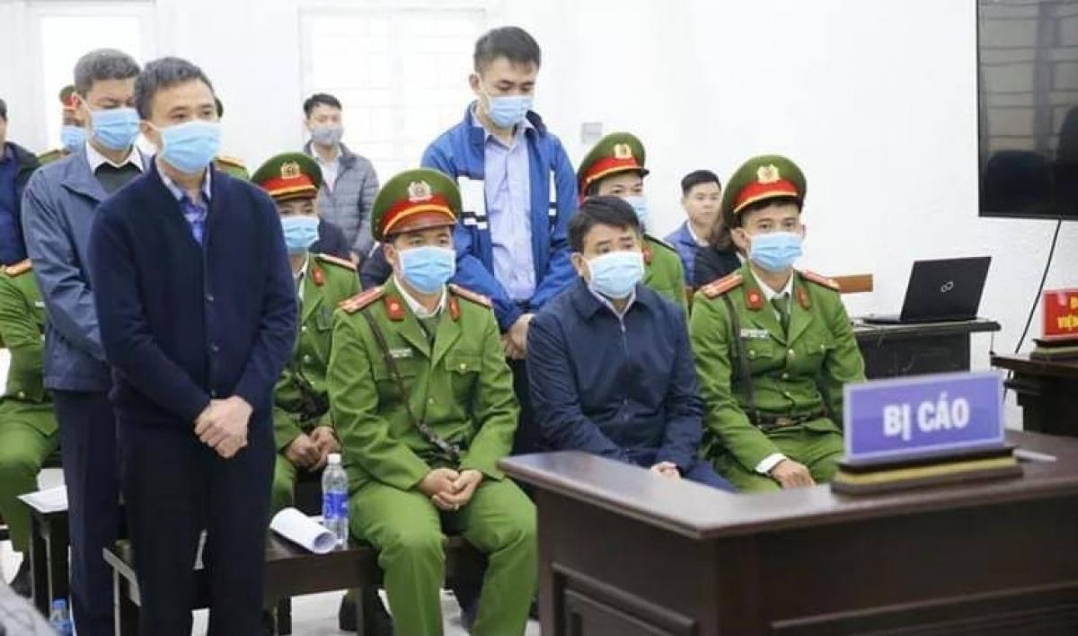 Cựu Chủ tịch UBND TP Hà Nội - Nguyễn Đức Chung (ngồi giữa) lĩnh án 5 năm tù giam vì chiếm đoạt tài liệu mật trong vụ án Nhật Cường.