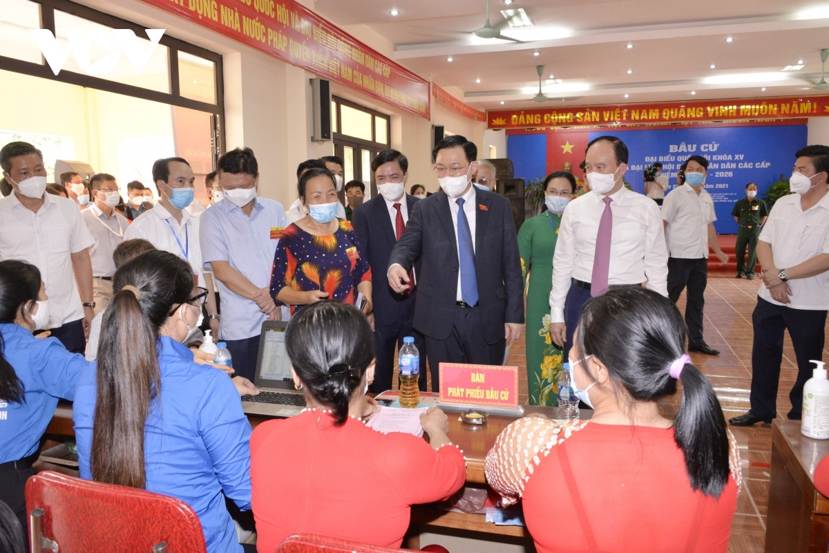 Chủ tịch Quốc hội Vương Đình Huệ kiểm tra công tác bầu cử tại huyện Đông Anh, Hà Nội.