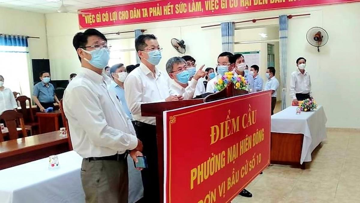 Ông Nguyễn Văn Quảng- Bí thư Thành ủy Đà Nẵng kiểm tra chuẩn bị bầu cử tại phường Nại Hiên Đông, quận Sơn Trà