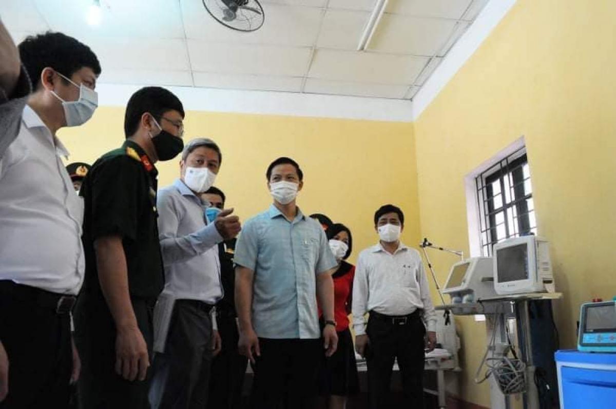 Thứ trưởng Bộ Y tế Nguyễn Trường Sơn thị sát cơ sở Bệnh viện dã chiến tại cơ sở 2 Trường Sĩ quan Chính trị (TP. Bắc Ninh). (Ảnh: Hoàng Dương- Bộ Y tế)