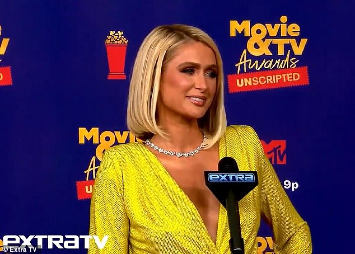 Cũng tại sự kiện, Paris Hilton chia sẻ về chuyện tình hiện tại giữa cô với hôn phu Carter Reum.