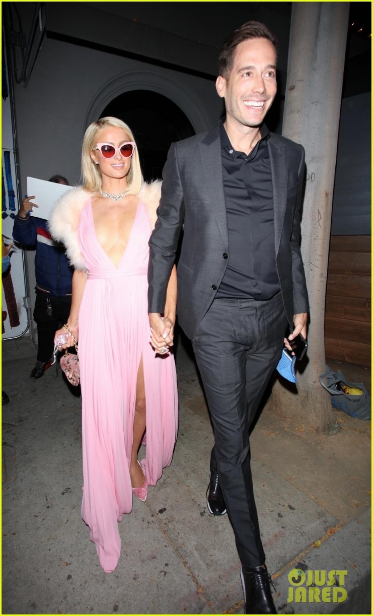 """Trước đó, DJ Paris Hilton cho biết đang thực hiện thụ tinh trong ống nghiệm cùng bạn trai, muốn có một cặp sinh đôi, """"Chúng tôi đang thực hiện IVF (thụ tinh trong ống nghiệm) nên tôi có thể chọn một cặp song sinh nếu muốn. Kim Kardashian là người giới thiệu tôi với phương pháp này. Trước đó, tôi không biết gì về nó""""."""