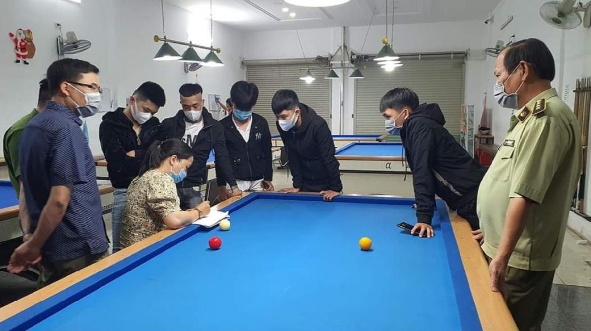 Lực lượng chức năng tiến hành lấy thông tin khai báo y tế những người có mặt tại cơ sở kinh doanh dịch vụ bida AZ.