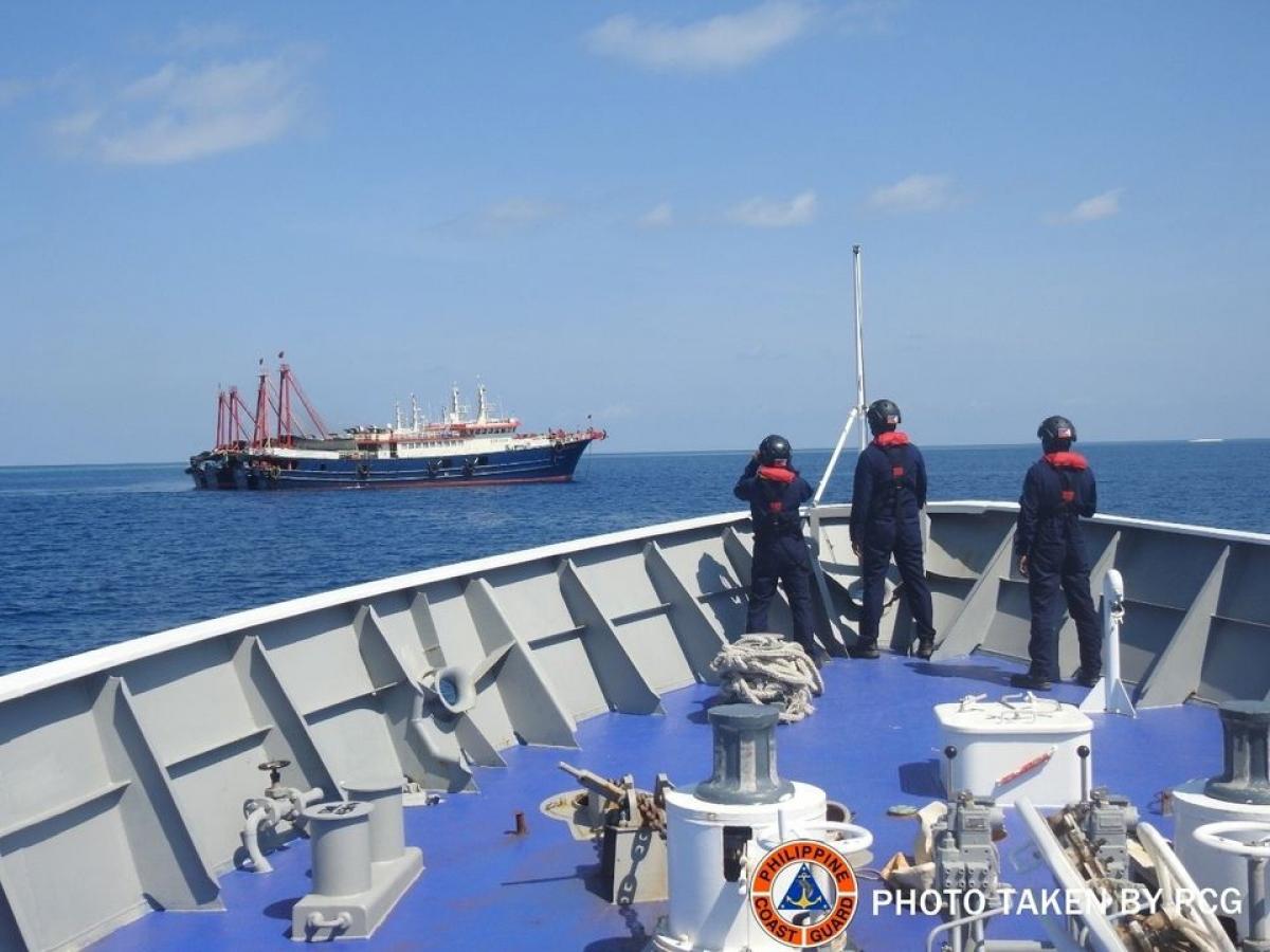 Philippines phản đối Trung Quốc liên tục triển khai tàu ở Biển Đông. Ảnh: Lực lượng bảo vệ bờ biển Philippines/Reuters
