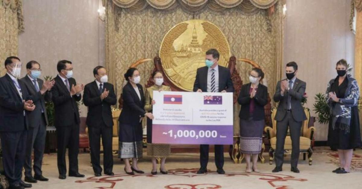 Phó Chủ tịch nước Lào Pany Yathotou tiếp nhận tượng trưng 1 triệu liều vacine Covid-19 do Australia tài trợ