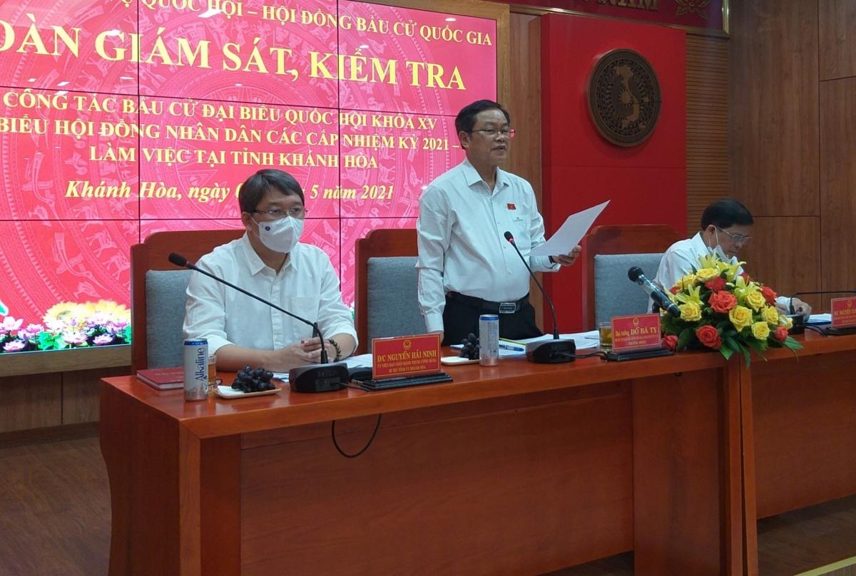 Phó Chủ tịch Quốc hội Đỗ Bá Tỵ kiểm tra công tác bầu cử tại tỉnh Khánh Hòa.