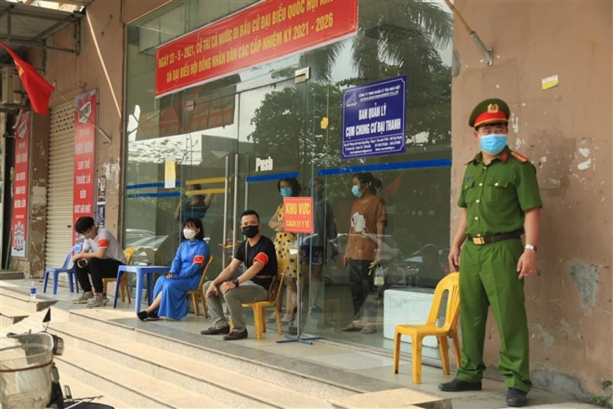 Chốt kiểm soát được lập trước sảnh tòa nhà CT10C chung cư Đại Thanh để thực hiện công tác phòng chống dịch. (Ảnh: VTC News)
