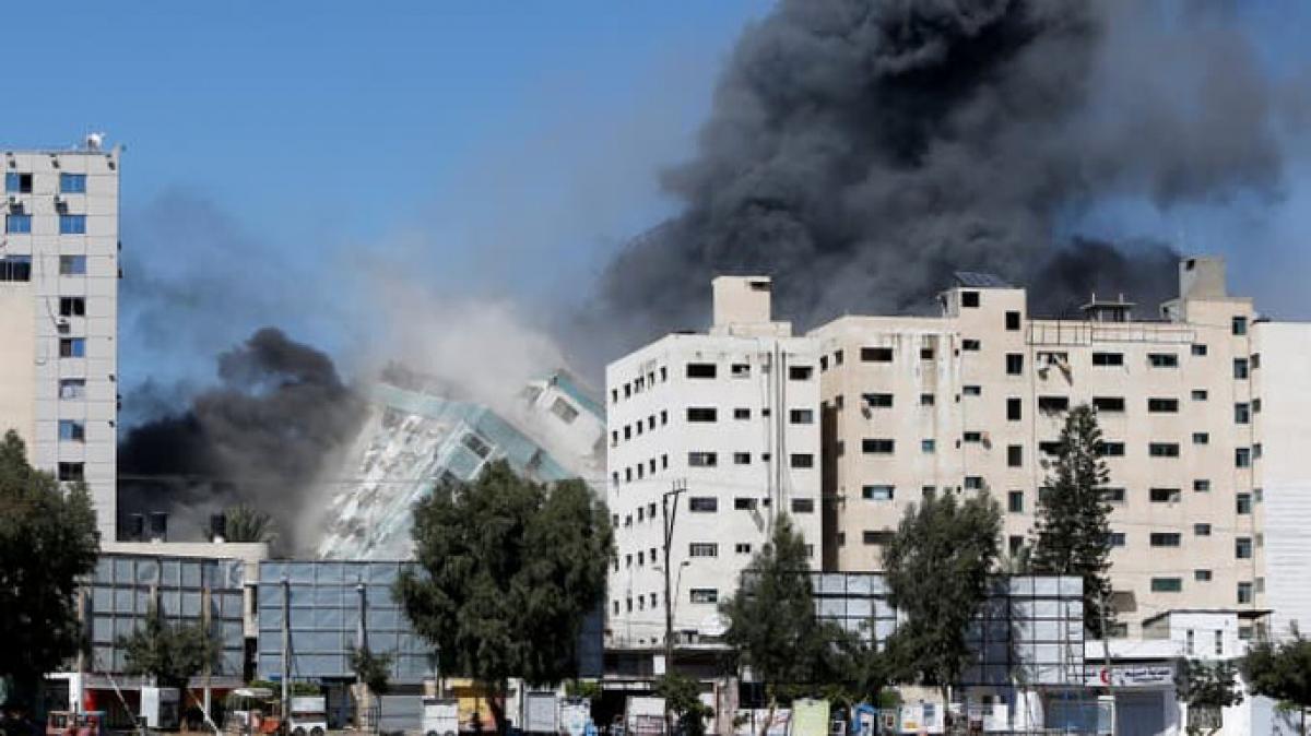 Tòa nhà có các văn phòng truyền thông quốc tế bị đánh sập hôm 15/5. Ảnh: Reuters
