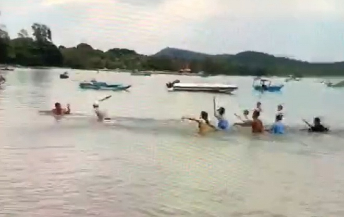 Nhiều bảo vệ của khu nghỉ dưỡng ở mũi Móng Tay, TP Phú Quốc, cầm gậy gộc chặn đường nạn nhân trên bờ.