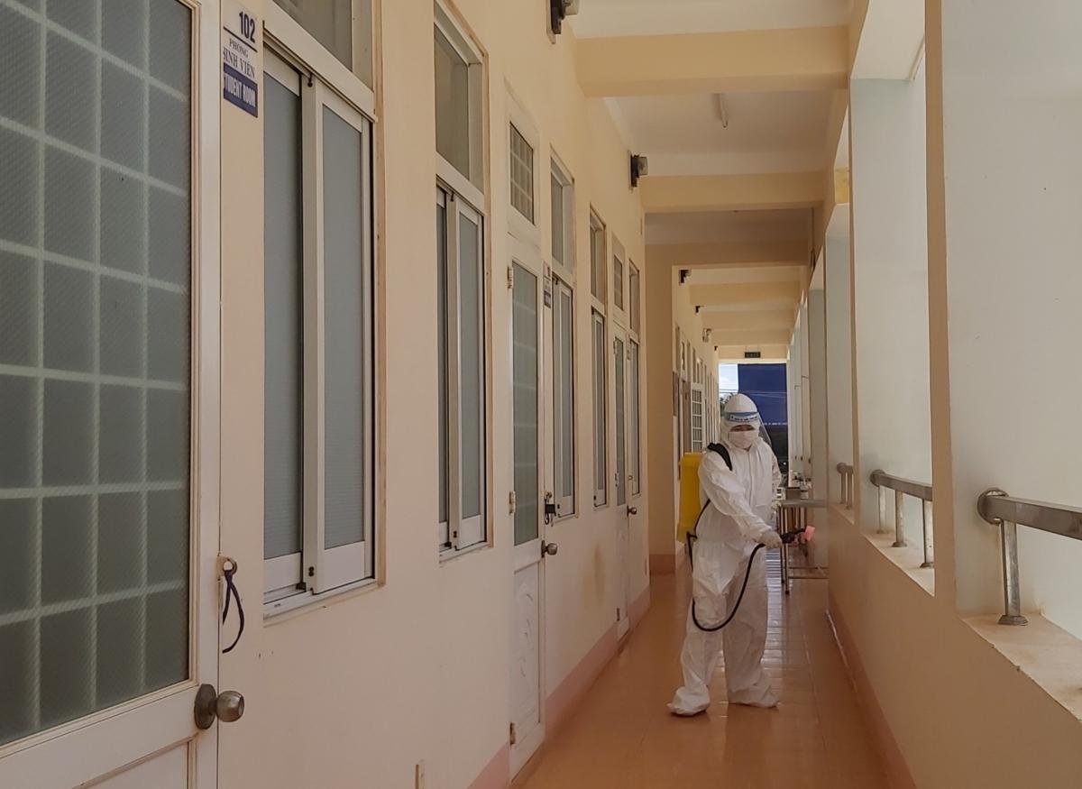 Cán bộ y tế phun khử khuẩn khu cách ly tập trung của tỉnh Đắk Lắk
