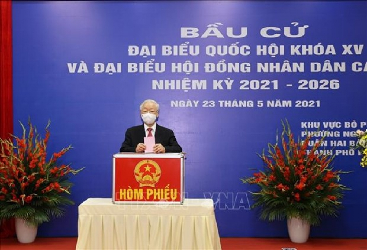 Party General Secretary Nguyen Phu Trong casts his vote to select deputies to the 15th National Assembly and People's Council at all levels for the 2021 - 2026 tenure on May 23.