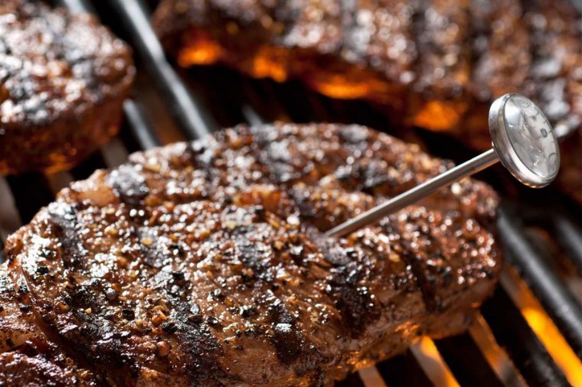 Chú ý đến nhiệt độ khi nướng thịt: Bạn không thể dựa vào màu sắc hay độ mềm của thịt để biết được thịt đã chín hay chưa. Nhiều loại thịt chuyển màu nâu vàng trước khi đạt đến nhiệt độ an toàn để diệt khuẩn, trong khi nhiều loại thịt dù đã nấu chín kỹ vẫn có màu hồng đỏ khi cắt ra. Bạn nên dựa vào nhiệt độ để nhận biết độ chín của thịt bằng cách dùng nhiệt kế đo nhiệt độ thức ăn. Thịt được coi là chín khi đạt đến nhiệt độ 72 độ C.