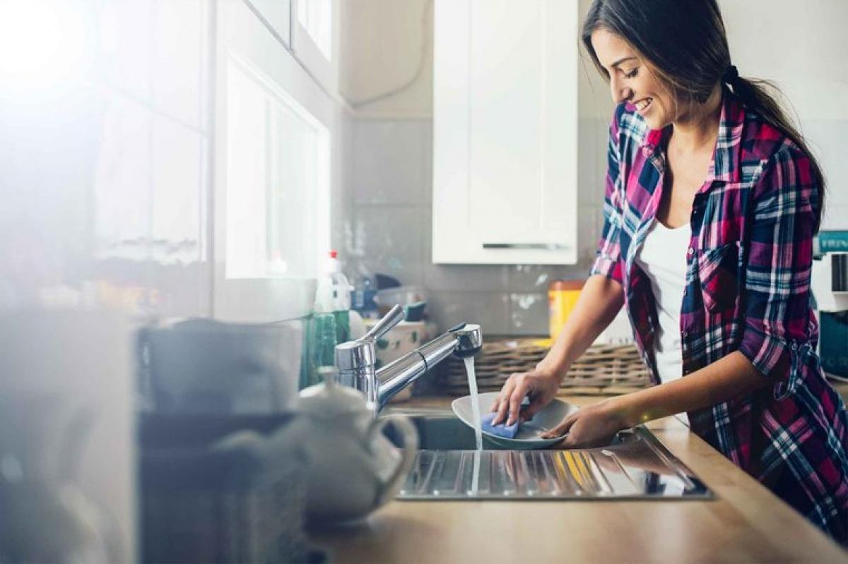 Thường xuyên rửa bát đĩa: Hãy rửa sạch mọi chiếc bát, đĩa và dụng cụ làm bếp sau khi bạn đã cầm nắm, hoặc sau khi chúng đã tiếp xúc với thực phẩm tươi sống. Bạn nên dùng nước nóng và xà phòng để vệ sinh các dụng cụ bếp này sau mỗi bước chuẩn bị.