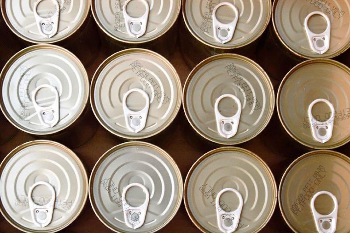 Kiểm tra các lon và hũ đựng thực phẩm: Các loại thực phẩm chế biến sẵn đóng trong lon hoặc hũ thường giữ được lâu hơn nhờ môi trường vô trùng được tạo ra trong quá trình sản xuất chúng. Tuy nhiên, nếu lon hoặc hũ đựng thực phẩm bị phồng lên, đó có thể là dấu hiệu cho thấy thực phẩm chưa được xử lý triệt để hoặc có thể đã nhiễm khuẩn.