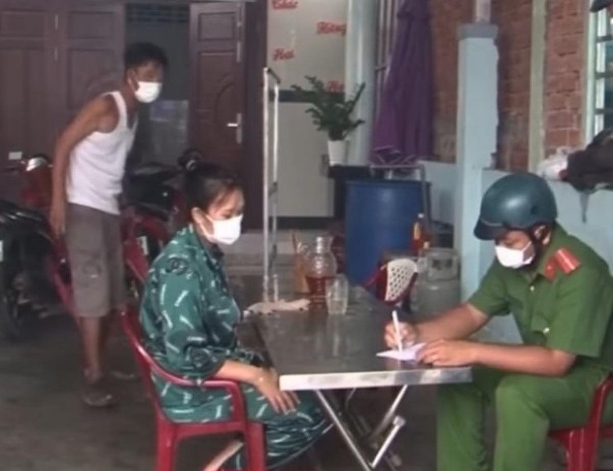 Các hộ dân ở Kiên Giang làm cam kết thực hiện các biện pháp phòng chống dịch bệnh (Ảnh: Lam Hiếu).