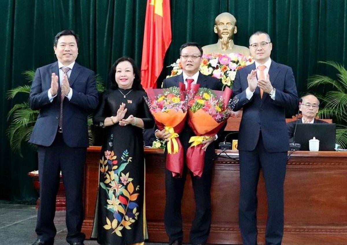 Lãnh đạo tỉnh Phú Yên chúc mừng ông Đào Mỹ được bầu làm Phó Chủ tịch UBND tỉnh Phú Yên nhiệm kỳ 2016-2021. Ảnh: Báo Chính phủ