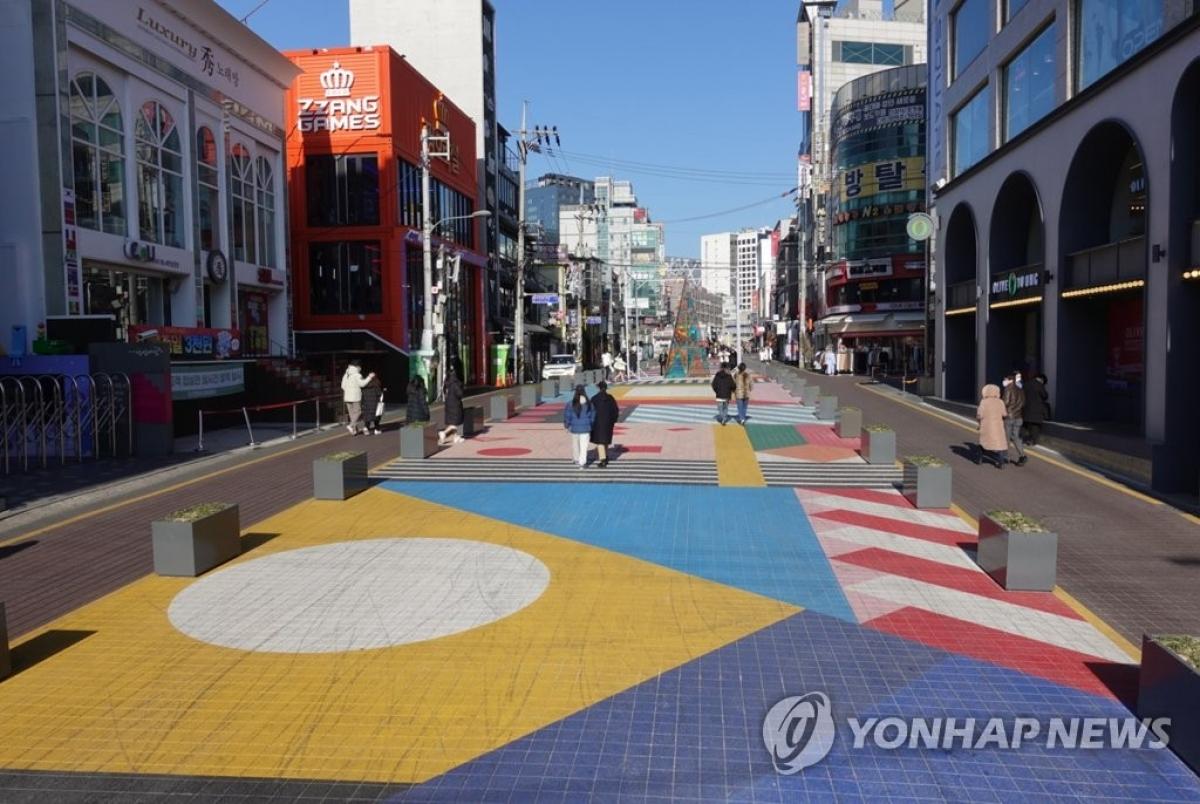 Con đường nổi tiếng nhộn nhịp ở quận Hongdae (Seoul) vắng vẻ trong bối cảnh đại dịch Covid-19. (Nguồn: Yonhap)