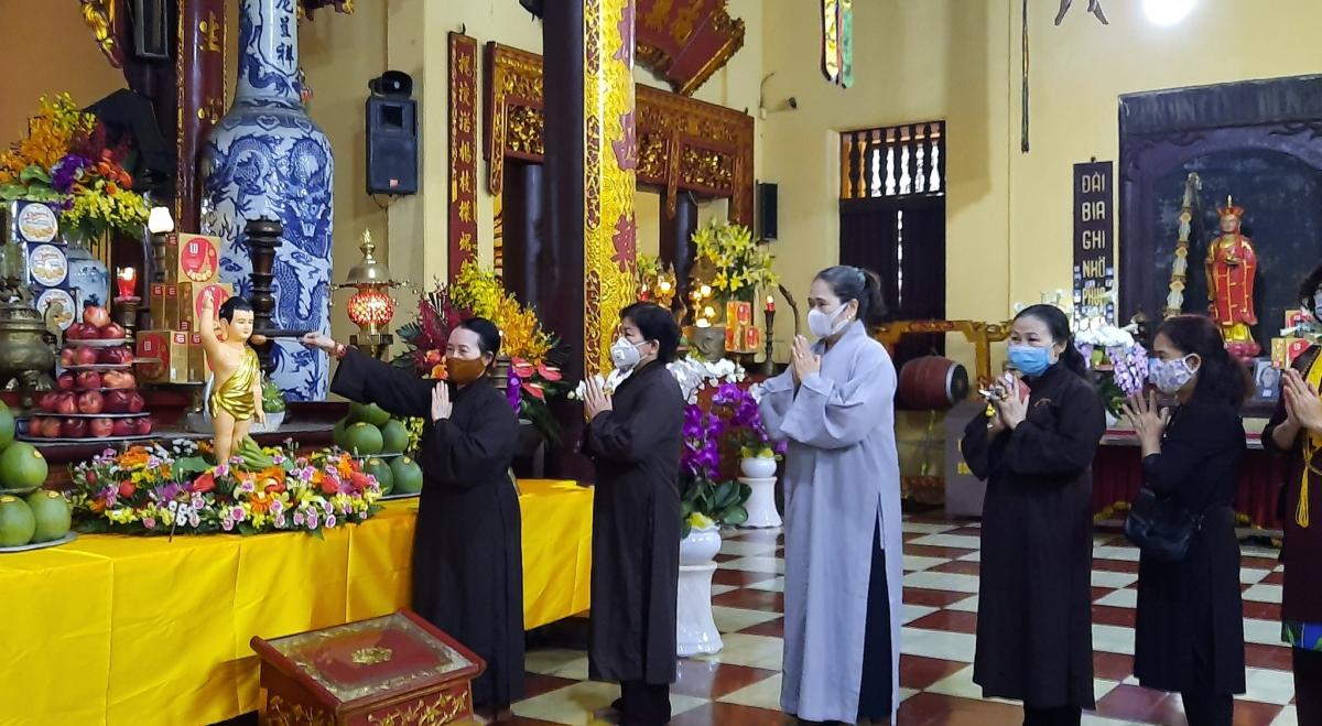 Phật tử chùa Quán Sứ (Hà Nội) thực hiện nghi lễ tắm Phật kính mừng mùa Phật đản năm 2020 (Ảnh: Xuân Loan)