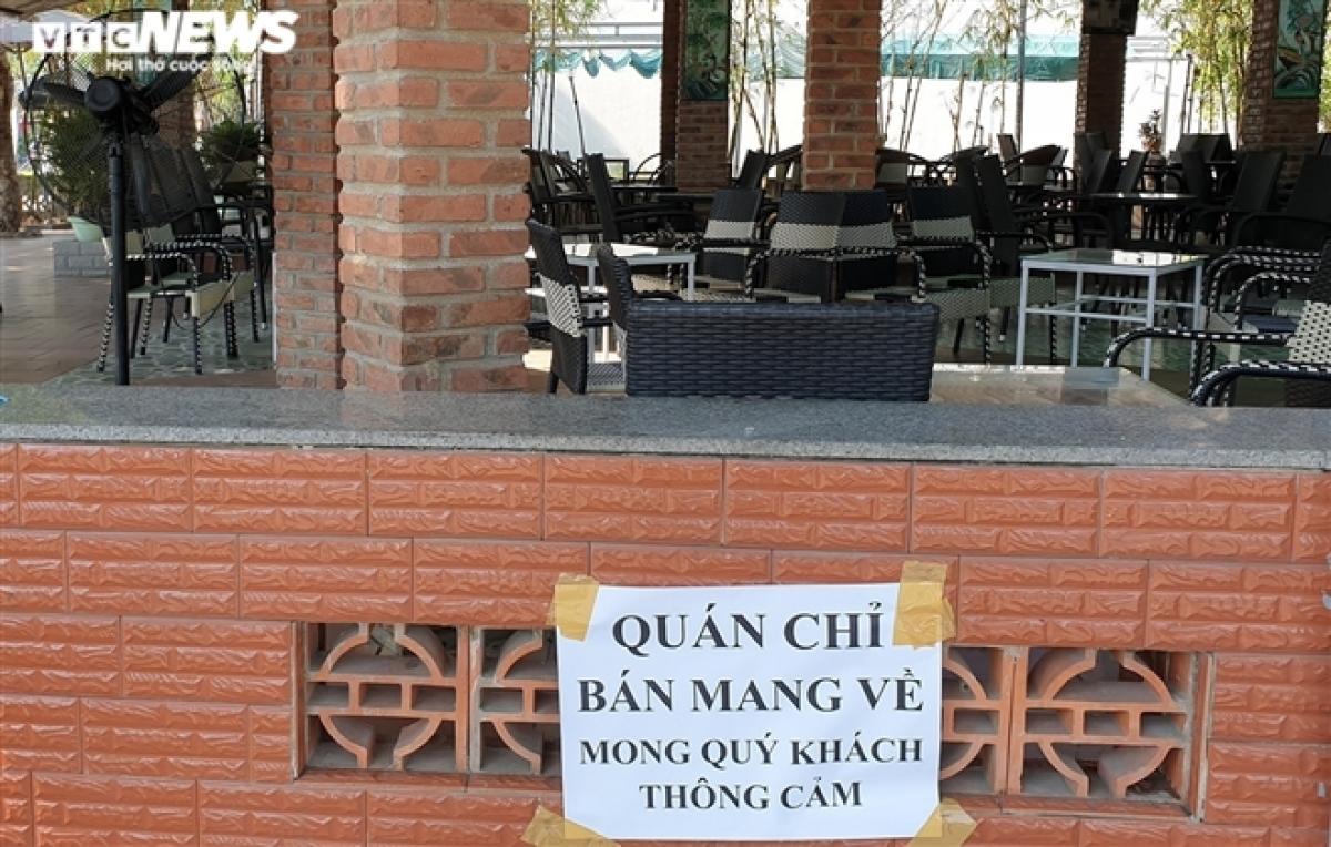 Many coffee shops and eateries across Hoi An city and Dien Ban town put up notices, encouraging customers to use takeaway services.