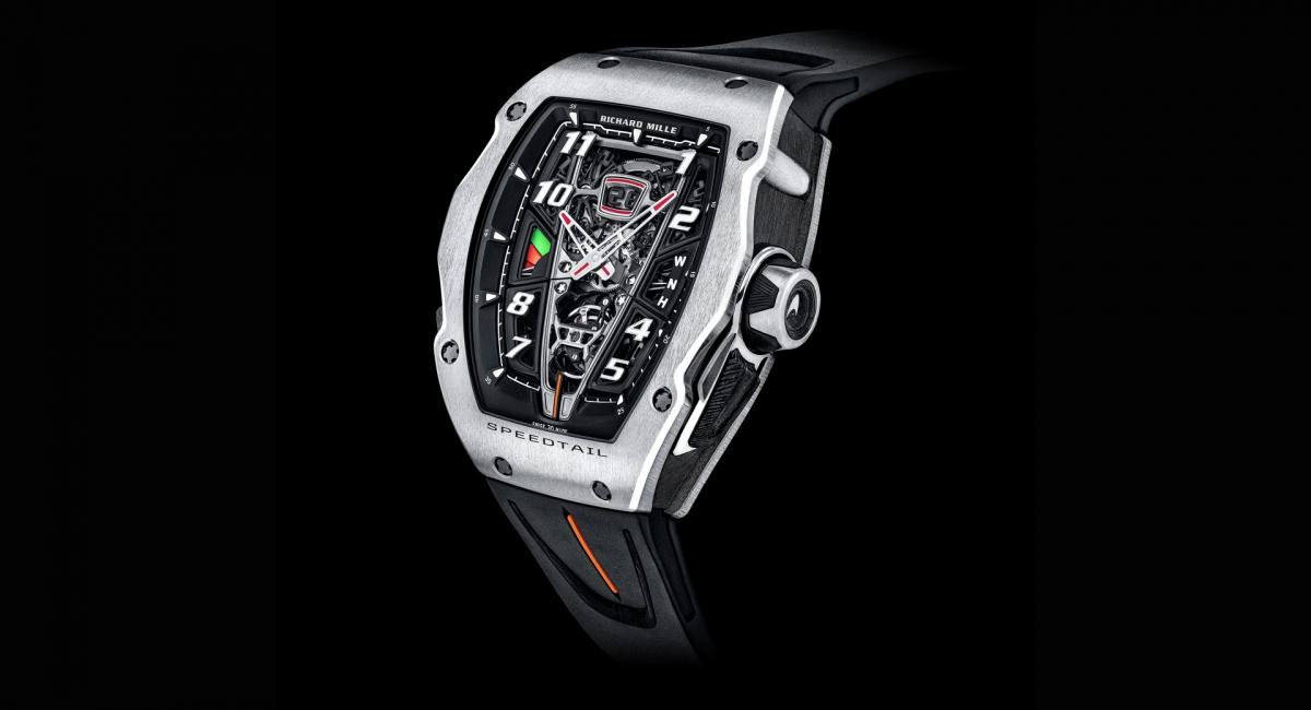 Bạn có thể nhận ra rằng chiếc đồng hồ được lấy cảm hứng từ chiếc McLaren Speedtail, với thiết kế mang bên trong như hình giọt nước giống chiếc siêu xe. Richard Mille đã lấy cảm hứng từ các lỗ mở trên mui xe dọc theo khung bezel trong khi đó những nút đẩy nhằm mục đích tạo ra những lỗ thoát khí phía sau bánh trước.