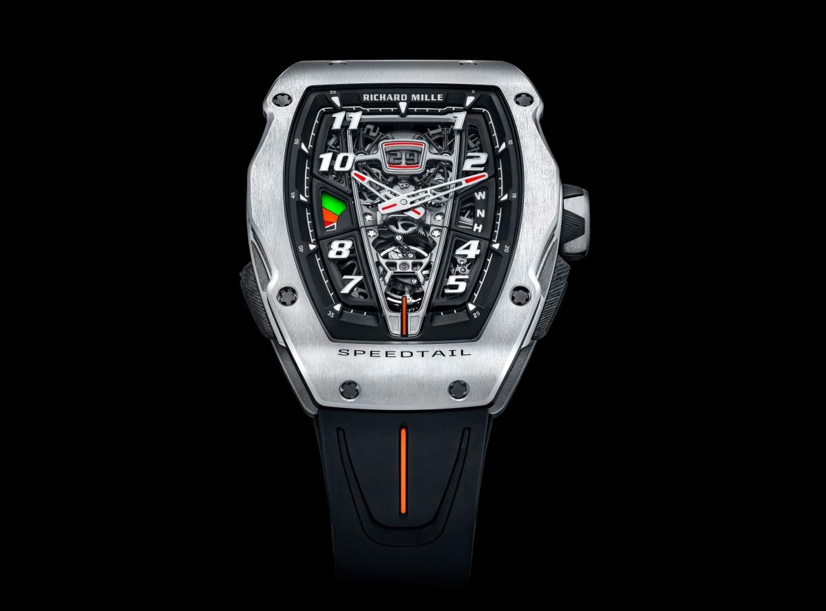 """Rob Melville – Giám đốc thiết kế của McLaren cho biết: """"Khi nhắc đến chiếc RM 40-01, chúng tôi đã có những đóng góp đáng kể trong việc chia sẻ những điểm nổi bật của chiếc xe và triết lý đằng sau nó. Với chiếc Speedtail, chúng tôi đặt mục tiêu sản xuất một chiếc xe có tính thẩm mỹ cao. Điều đó chắc chắn được thể hiện rõ ràng trên chiếc đồng hồ, phản ánh một những chi tiết của chiếc Speedtail một cách đẹp đẽ từ sự hoàn thiện, chất liệu và thiết kế hoàn hảo""""."""