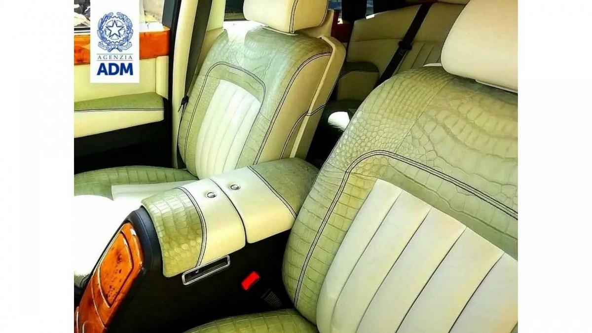 Nội thất chiếc Rolls-Royce bị tịch thu.