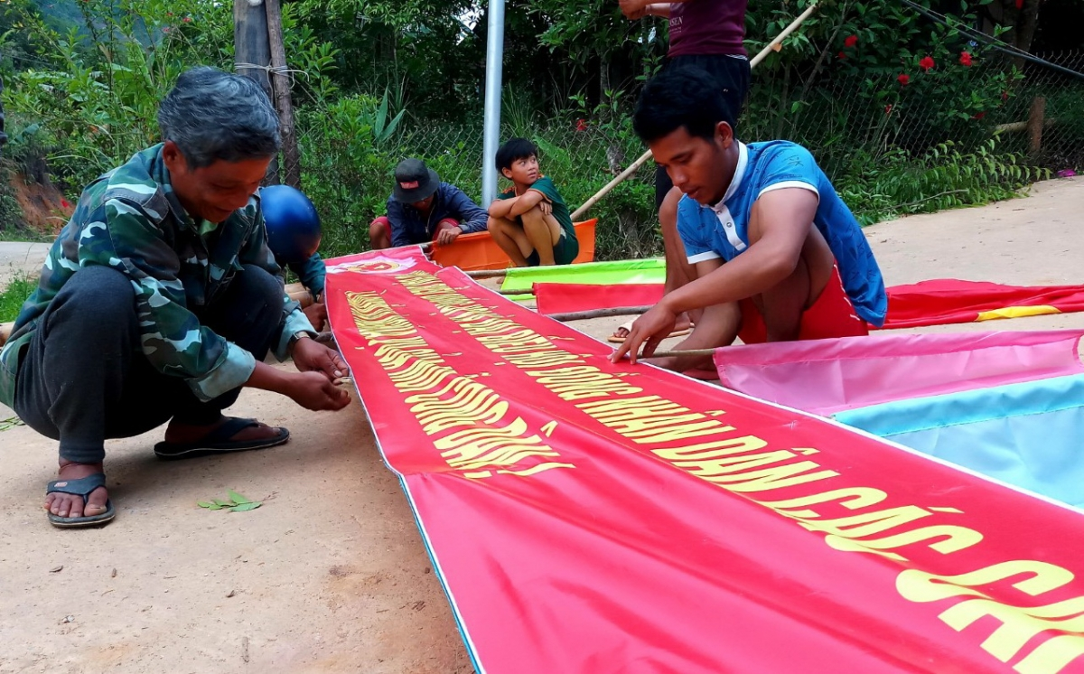 Đồng bào vùng cao Quảng Nam treo băng rôn chuần bị cho ngày bầu cử