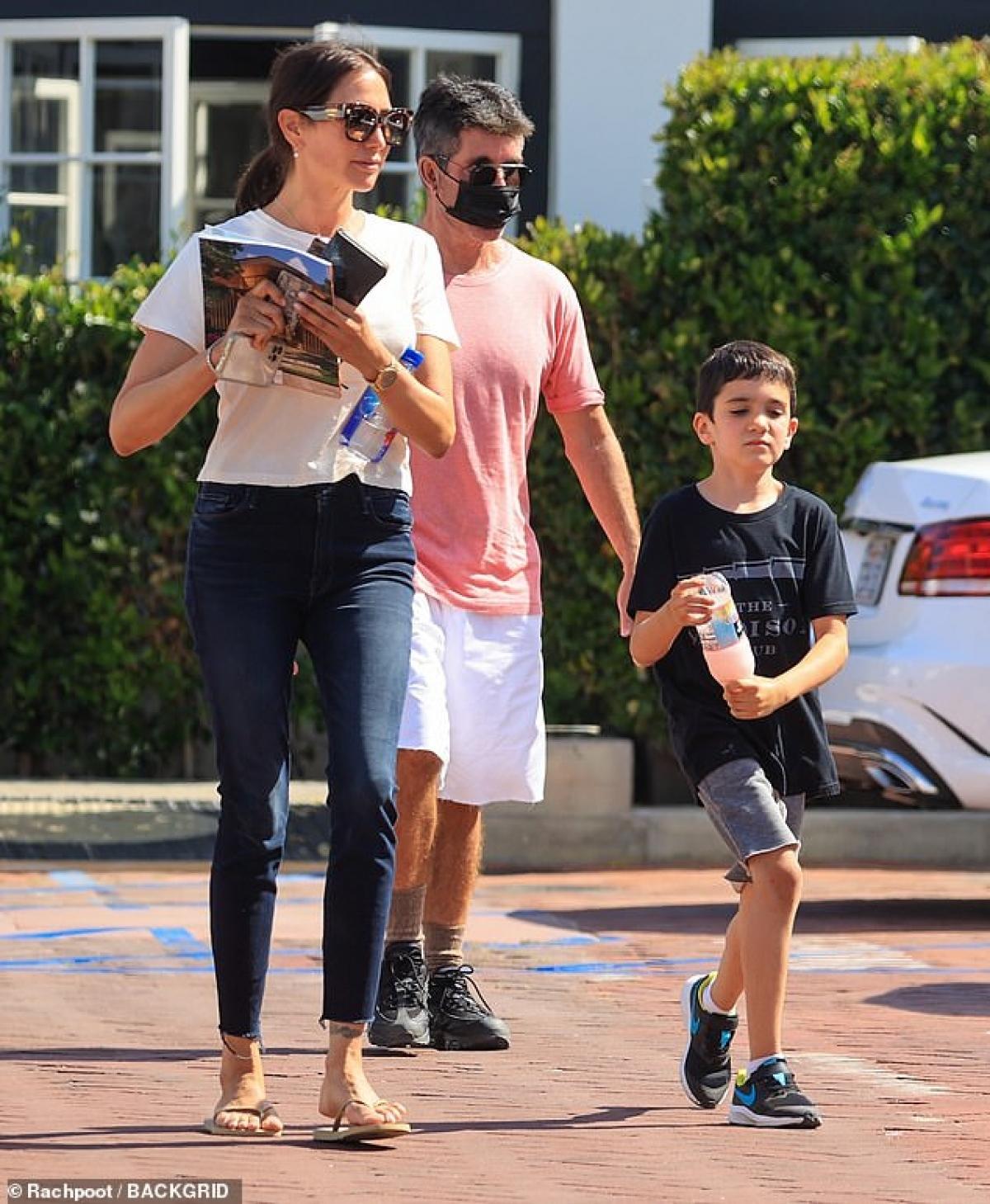 Simon Cowell và bạn gái Lauren Silverman đưa con trai Eric đi mua sắm ở Malibu dịp cuối tuần.