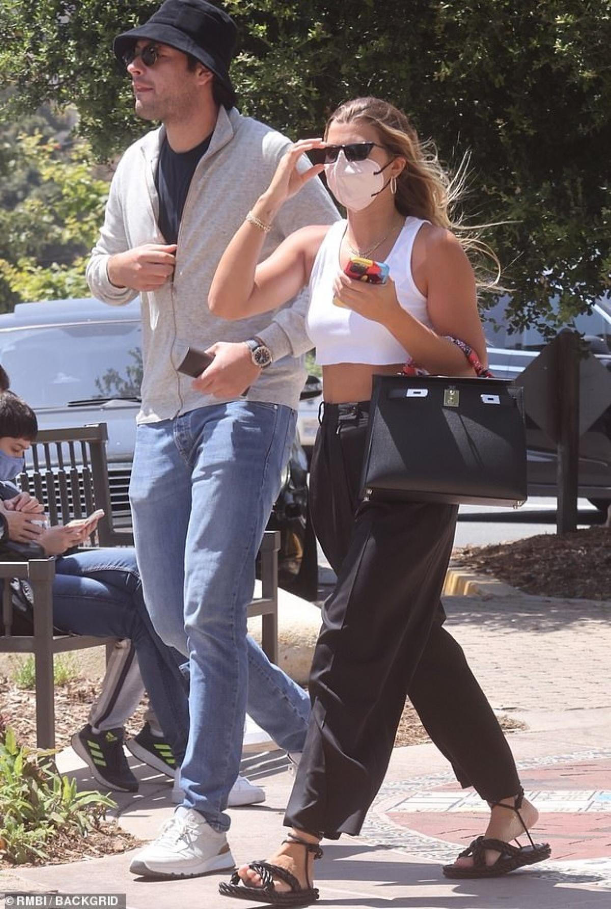 Ngày 24/5, cánh săn ảnh đã bắt gặp Sofia Richie và bạn trai Elliot Grainge đi ăn trưa cùng nhau tại Taverna Tony ở Malibu, Mỹ.
