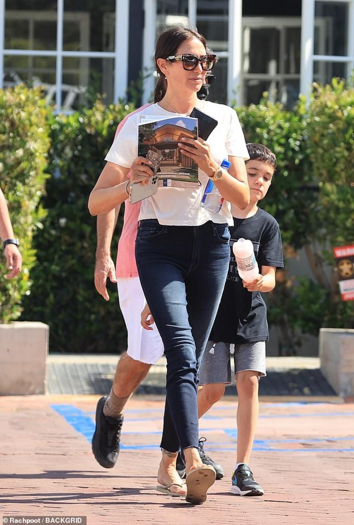Còn Lauren Silverman trang điểm nhẹ nhàng và cũng giản dị không kém khi phối áo phông và quần jeans năng động.