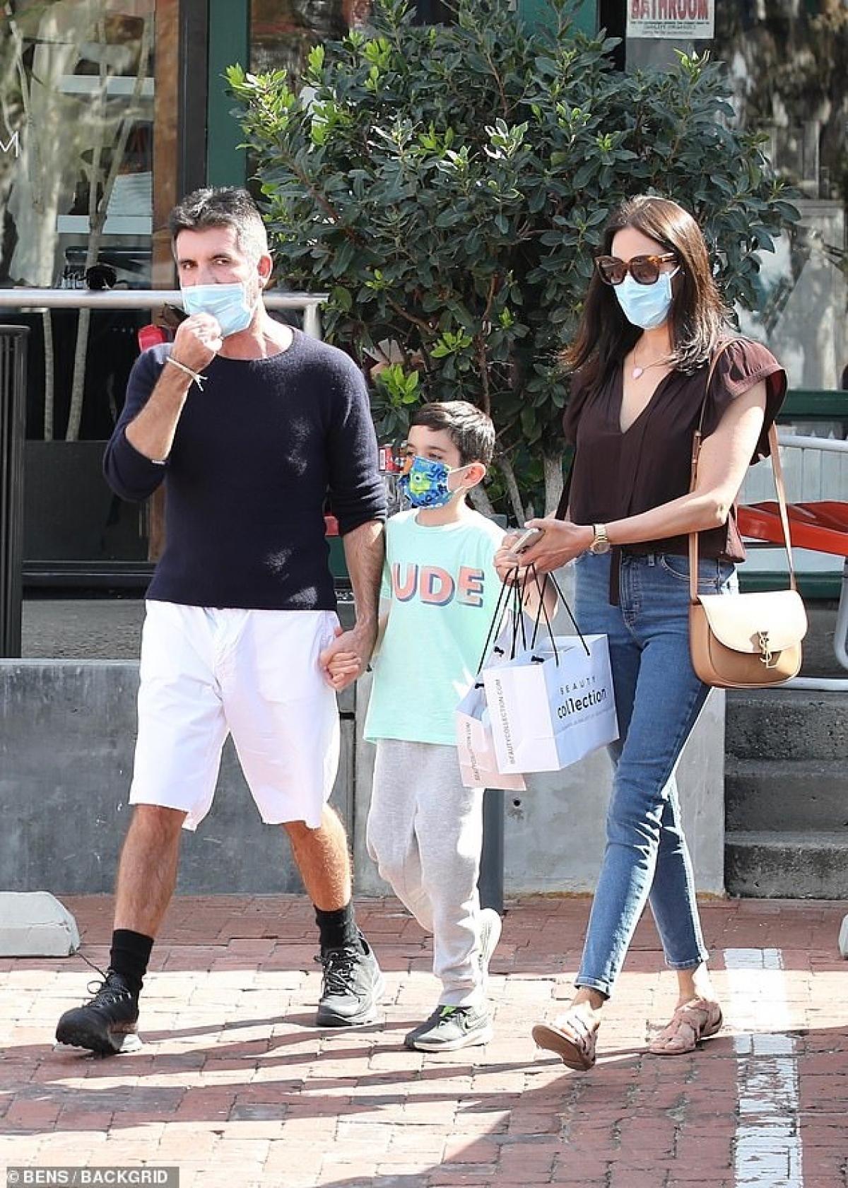 Simon Cowell hiện đang có cuộc sống hạnh phúc, đủ đầy bên bạn gái và các con.