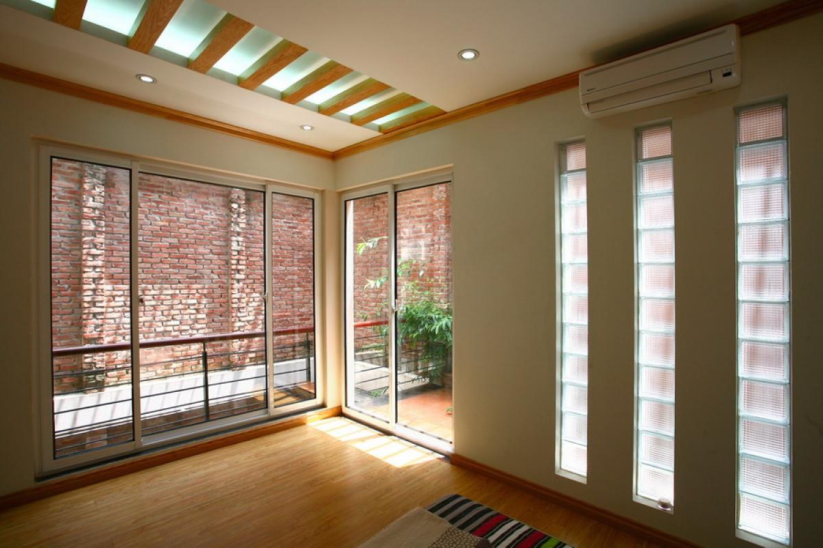 Sàn gỗ có nhiều ưu điểm như sạch sẽ, gần gũi, ấm áp, thi công thuận tiện.