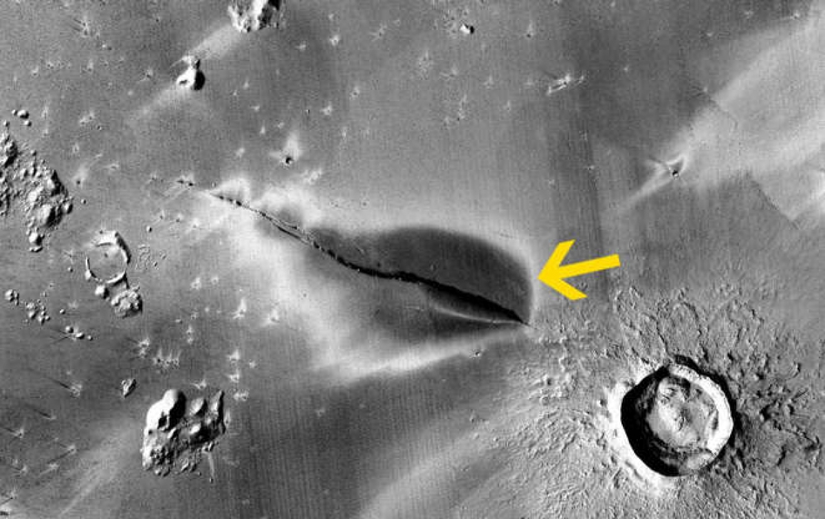 Lớp trầm tích sao hỏa quanh một vết nứt ở Cerberus Fossae. Ảnh: NASA