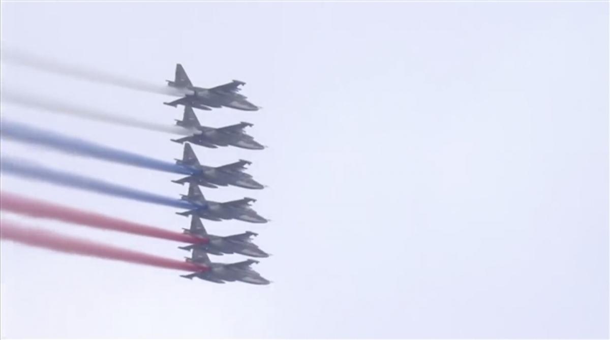 6 chiếc Su-25 vẽ quốc kỳ Nga trên bầu trời Moscow. Ảnh: Sputnik.