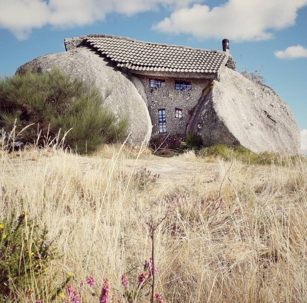 'Ngôi nhà' - thực chất là một công trình điêu khắc - được xây dựng dựa vào hai khối đá lớn, kết hợp tạo thành trần và tường 'nhà'