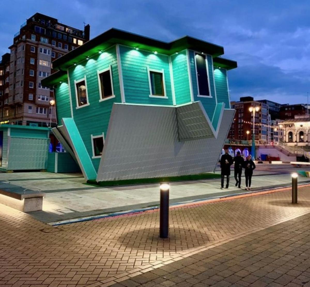 'Ngôi nhà lộn ngược' ở thành phố Brighton, nước Anh được sử dụng như một công trình giải trí (nhà gương ảo ảnh)