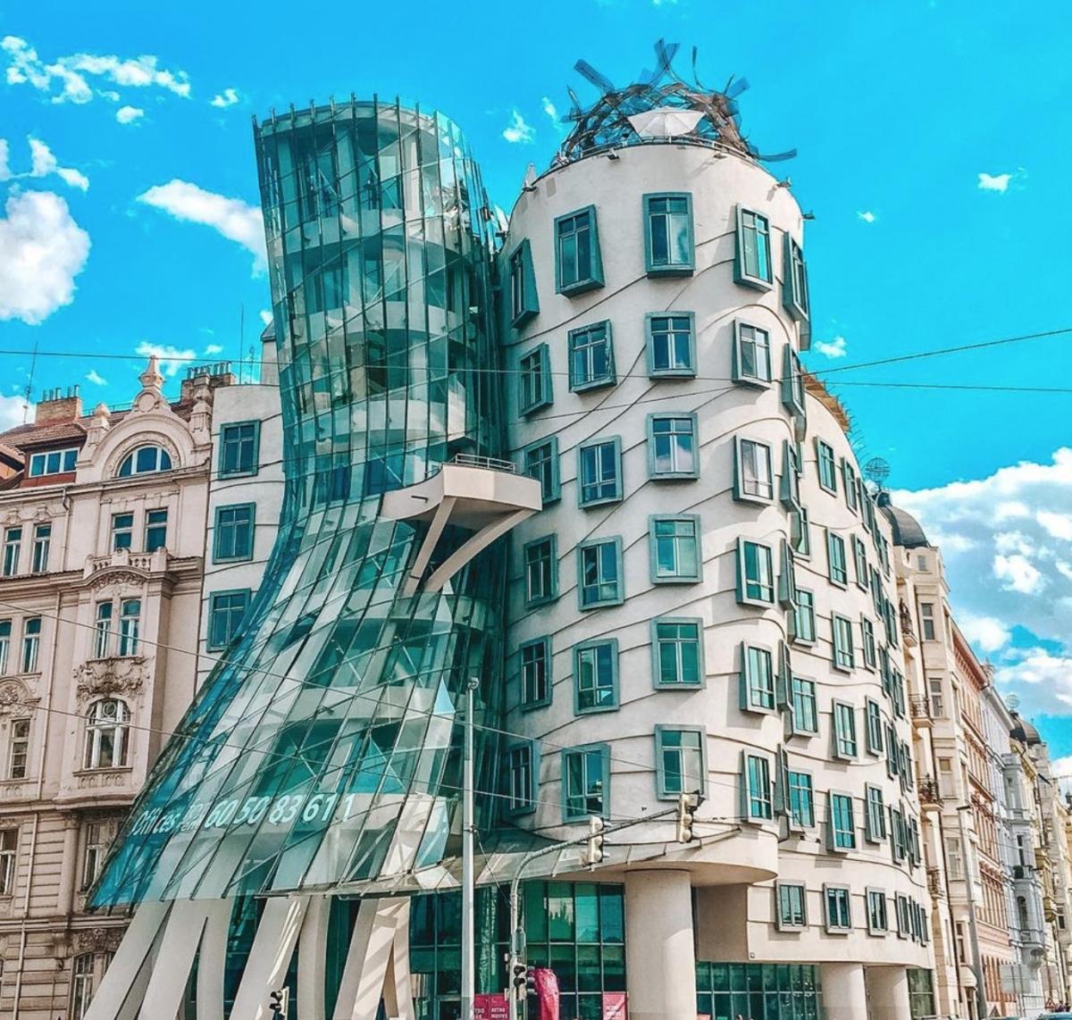 Tòa nhà ở thủ đô Praha, Cộng hòa Séc được thiết kế với hình dáng lạ kỳ, đúng như lên gọi 'lóng' của nó - 'Tòa nhà Khiêu vũ'