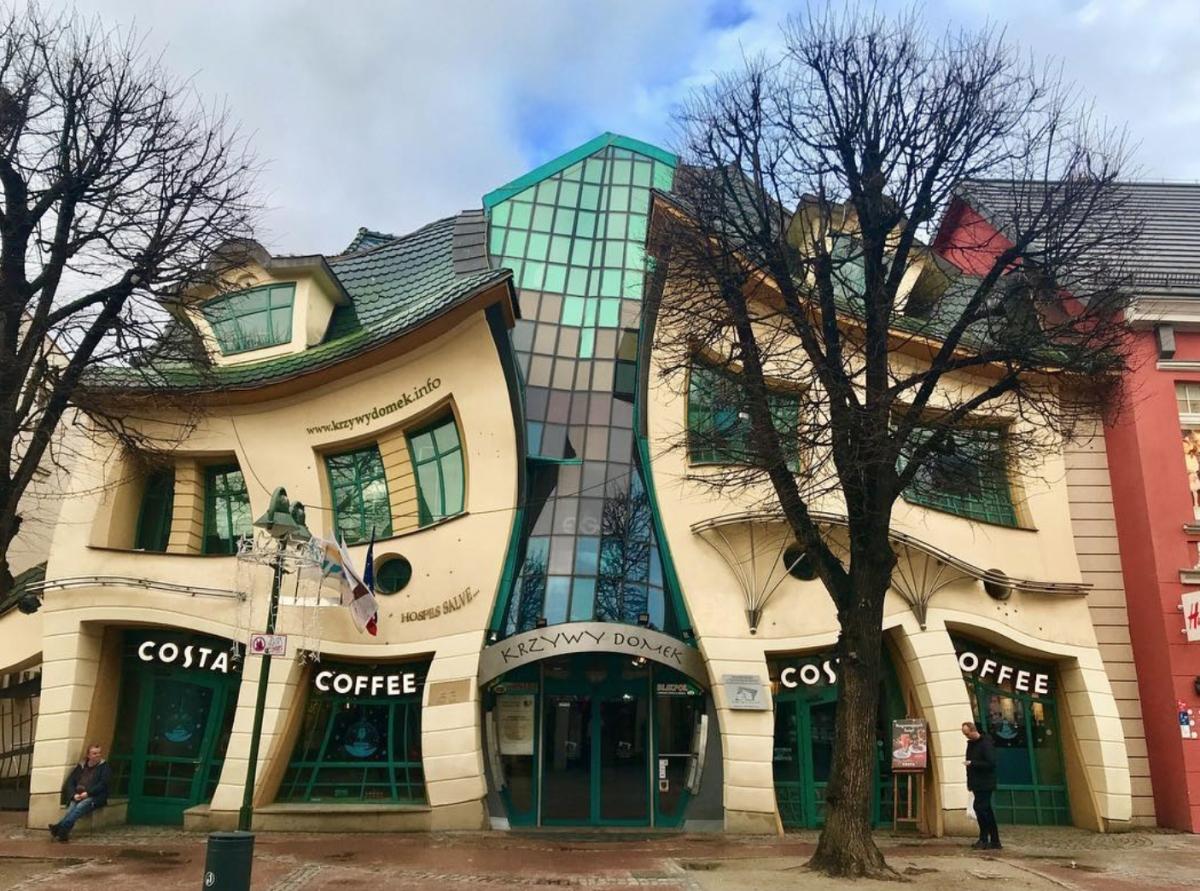 Tòa nhà có hình lượn sóng này chính là một trung tâm mua sắm ở thành phố Sopot, Ba Lan.