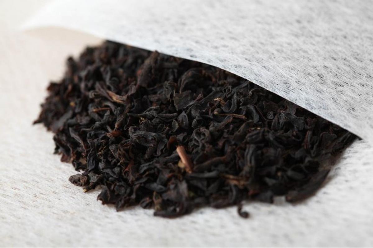 Trà đen túi lọc: Trà đen chứa tamin, các chất này sẽ tiêu diệt các vi khuẩn tích tụ trong giày và giúp loại bỏ mùi hôi. Bạn chỉ cần nhúng túi trà lọc trong nước sôi khoảng 2 - 3 phút rồi lấy túi trà ra và để nguội. Sau đó, bạn hãy đặt túi trà vào trong giày khoảng nửa tiếng đồng hồ.