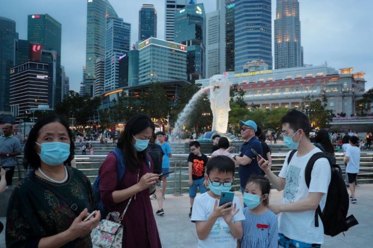 Người dân Singapore đeo khẩu trang nơi công cộng để phòng chống Covid-19. Ảnh: KT