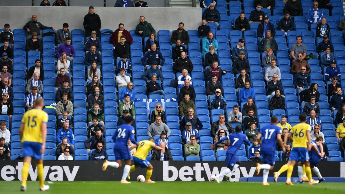 CĐV sẽ chính thức trở lại với các sân vận động ở Ngoại hạng Anh từ hôm nay. (Ảnh: Sky).